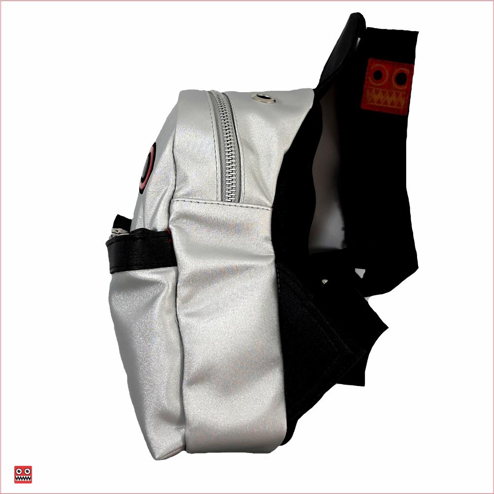 Bolso 2 Minimi gris, material sintetico resistente brillante, $52.000