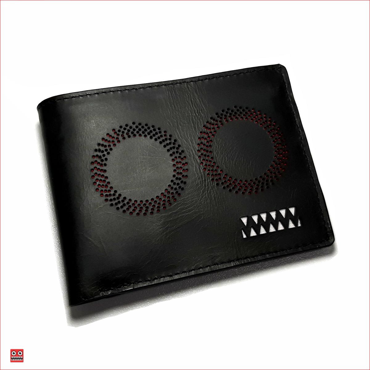 Billetera negro perforado con interior rojo, material 100% cuero, $45.000 0