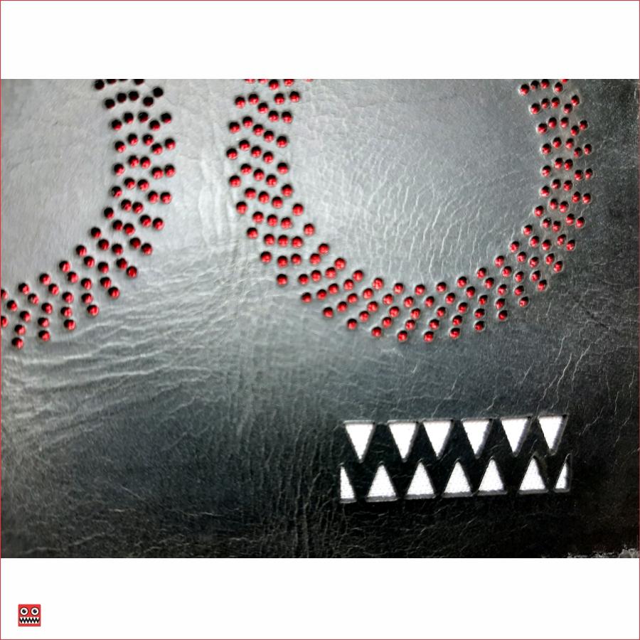 Billetera negro perforado con interior rojo, material 100% cuero, $45.000 2