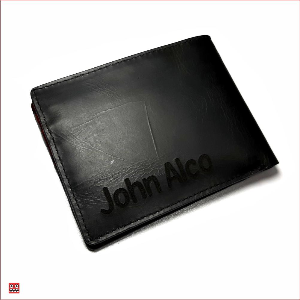 Billetera negro perforado con interior rojo, material 100% cuero, $45.000 3