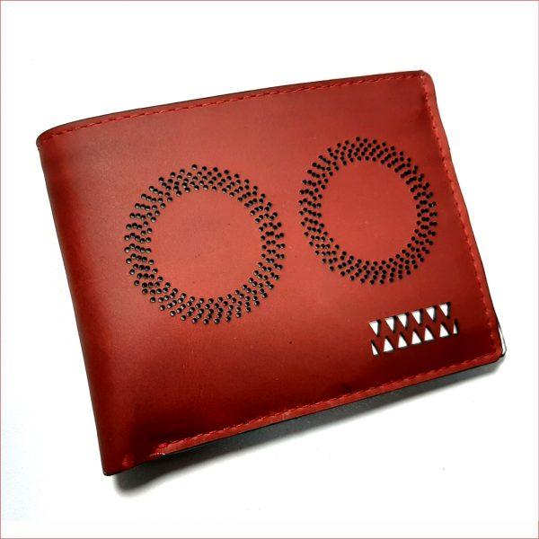 Billetera rojo perforado con interior blanco, material 100% cuero, $40.000 0