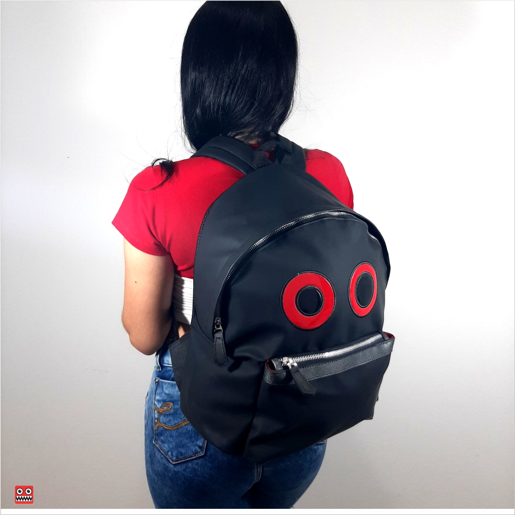 Bolso negro mate, 2 material sintetica mate impermehable , $75.000