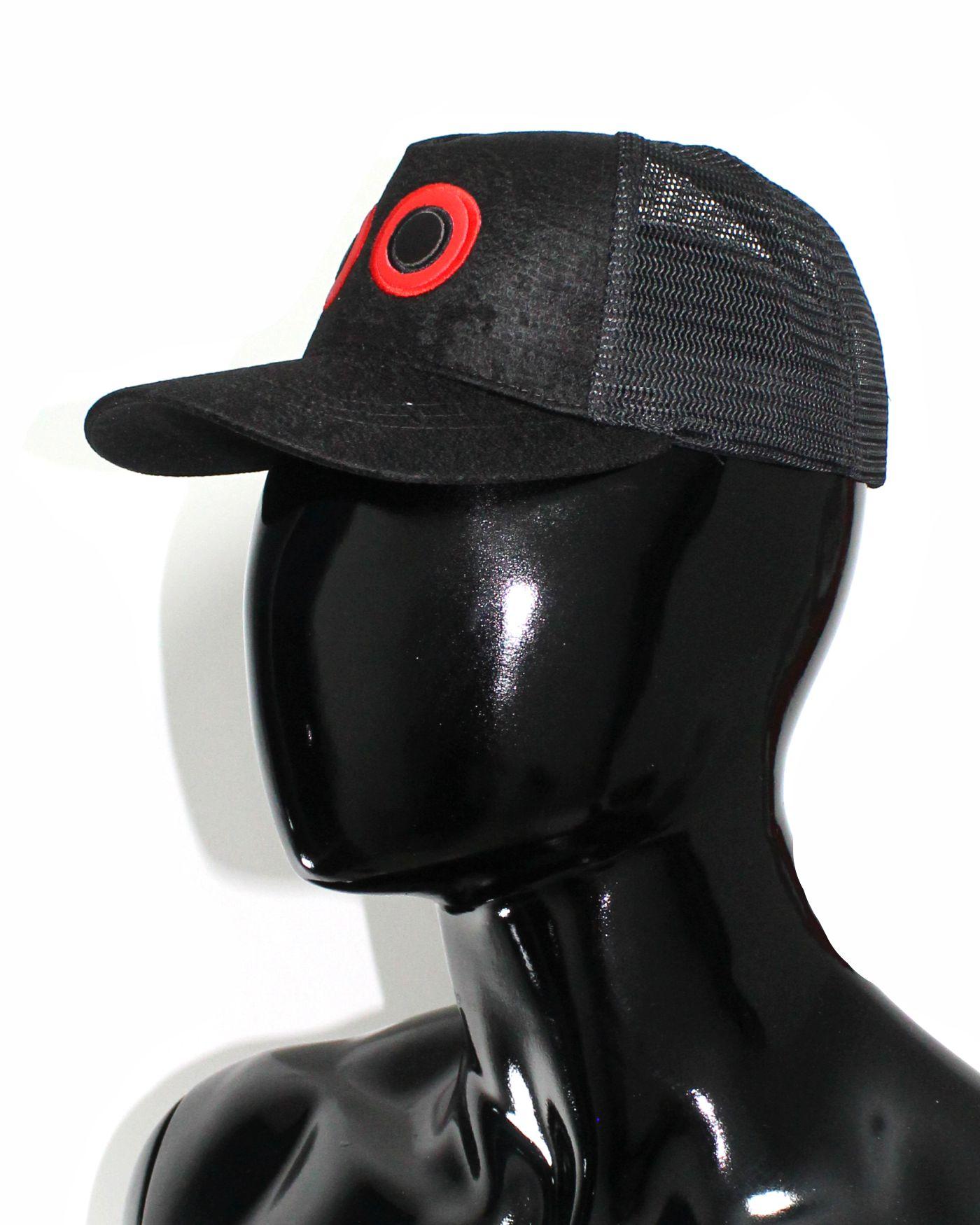 Gorra lona negro y visera negro, con maya negra ojos bordados grandes 02 $37.000